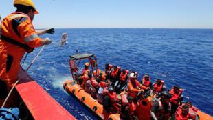 Outros migrantes foram resgatados durante a semana na costa da Líbia.