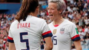 Kelley O'Hara et Megan Rapinoe fêtent leur ouverture du score face aux Françaises.