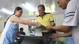 52 milhões de eleitores filipinos vão às urnas hoje para eleger representantes locais, deputados e senadores.