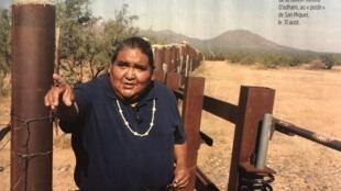 Chefe indígena ao lado de uma das barreiras construídas dentro da reserva Tohono O'odham