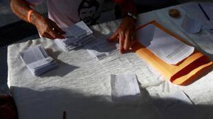 Contagem dos votos em Caracas após plebiscito realizado neste domingo (16) pela oposição venezuelana.
