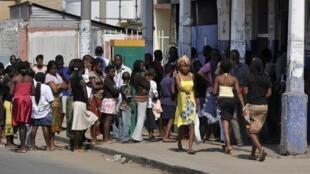 Moçambicanos aguardam para conseguir comida após dois dias de motins em Maputo a 3 de Setembro de 2010