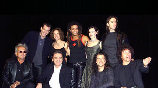 Hai tác giả Luc Plamondon và Richard Cocciante cùng với đoàn diễn viên Nhà thờ Đức Bà Paris nhân đợt biểu diễn năm 2001