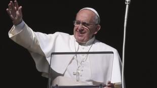 O papa Francisco acena para fiéis neste domingo (4) no Vaticano.