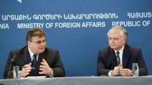 Министр иностранных дел Литвы Линас Линкявичус (Л) и его армянский коллега Эдвард Налбандян 07/03/2013 (архив)