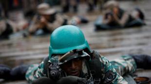 Soldado venezuelano durante exercício militar em Caracas (26/08/17).