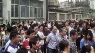 Des ouvriers en grève devant leur usine à Dongguan.