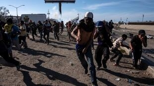 Migrantes centroamericanos dispersados  por la policía en la frontera con Estados Unidos, el 25 de noviembre de 2018.