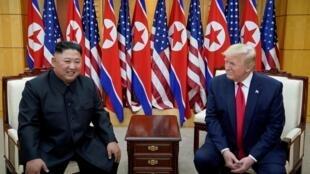 Tổng thống Mỹ Donald Trump (P) gặp lãnh đạo Bắc Triều Tiên Kim Jong Un tại Bàn Môn Điếm, giới tuyến hai miền Triều Tiên, ngày  30/06/2019.
