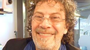 El guitarrista y compositor argentino Tomás Gubitsch en los estudios de RFI en París