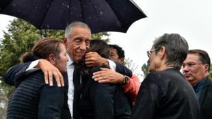 Presidente português, Marcelo Rebelo de Sousa, a 20 de Outubro de 2017 consolando familiares de uma das vítimas mortais dos incêndios em Vila Ruiva, Nelas, Viseu.