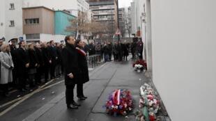 O presidente francês, Emmanuel Macron, ao lado da prefeita de Paris, Anne Hidalgo, durante homenagem diante da antiga sede da revista Charlie Hebdo, neste domingo (7).
