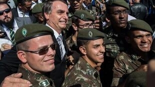 O candidato do PSL à presidência, Jair Bolsonaro, junto a militares em São Paulo em 3 de maio de 2018.