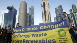 Ativistas se manifestam em frente à sede da Conferência do Clima de Doha, em foto do dia 1° de dezembro.