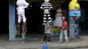 La marionnette de l'ex-président Otto Perez (c) en habit de prisonnier. Quelques heures après sa démission, le 3 septembre, il a été placé en détention provisoire dans une caserne militaire. Guatemala City, le 5 septembre 2015.