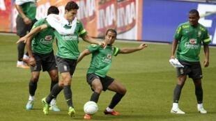 Seleção brasileira treina em Basileia antes do confronto contra a Suíça no amistoso desta quarta-feira, 14 de agosto de 2013.