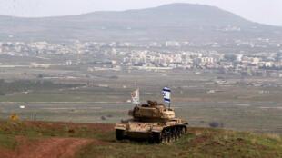 Tanque israelensa no lado israelita da fronteira com a Síria, perto da cidade de Druze de Majdal Shams, Golã, Israel, 11 de fevereiro de 2018.