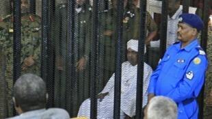 O antigo presidente do Sudão, Omar al-Bashir ouvido ontem pelo tribunal acusado de corrupção