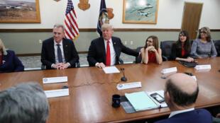 Tổng thống Mỹ Donald Trump nhân một cuộc thảo luận bàn tròn về quốc phòng, cùng với thứ trưởng Quốc Phòng Patrick Shanahan (t) dân biểu Martha McSalley (p) tại Căn Cứ Không Quân Luke, Arizona, U.S., ngày 19/10/2018.