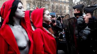 """زنان معترض فرانسوی در هیئت """"ماریان"""" نماد جمهوری، شهروندی و دموکراسی بعد از انقلاب کبیر فرانسه"""