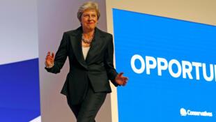 Quand la Première ministre Theresa May arrivait en dansant, sur l'air de Dancing Queen d'Abba à Birmingham, le 3 octobre 2018, provoquant les sourires des membres des Tories.