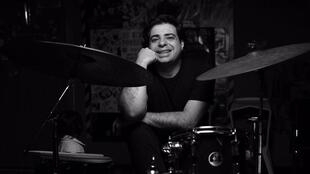 O percusionista brasileiro Leo Susi.