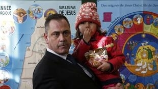 Rob Lawrie,  49, with four-year-old Afghan girl Bahar Ahmadi, who he is accused of trying to smuggle into Britain, outside the court in Boulogne-sur-Mer, 14 Janvier 2016.