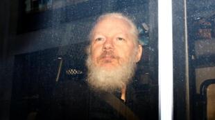 Cảnh sát Anh bắt Julian Assange trong khuôn viên tòa đại sứ Ecuador, Luân Đôn, ảnh ngày 11/04/2019.