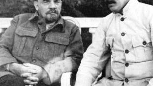 V.Lenin (T) và J.Stalin tại Gorki, tháng 09/1922