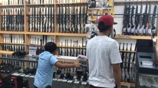 Gun City, un magasin d'armes en vente libre, à Queenstown, en Nouvelle-Zélande, où les acheteurs peuvent trouver armes, articles de chasse et de camping.