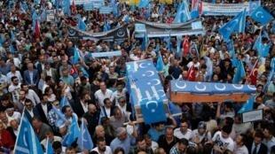 圖為土耳其伊斯坦布爾2015年爆發聲援新疆維吾爾人的盛大場面。