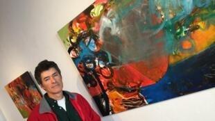 O pintor Oliveira Tavares diante de uma de suas telas, na Galeria São Francisco, em Lisboa.