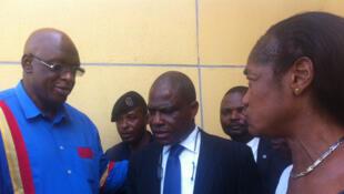 L'activiste congolais Christopher Ngoyi ( à gauche) à la sortie de l'audience devant la cour suprême remercie l'opposant martin Fayulu ( au centre) d'être venu le soutenir, le 14 mars 2016.