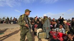 Egyptians try to flee Libya via Tunisia