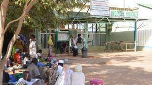 Des gens attendent devant l'entrée des urgences de l'hôpital Yalgado de Ouagadougou (photo d'illustration)
