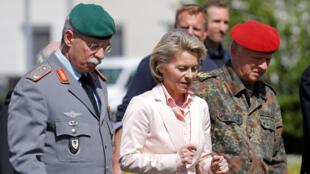 Bộ trưởng Quốc Phòng Đức Ursula von der Leyen (G), trong chuyến thanh sát trại đóng quân Illkirch, ngày 3/05/2017.