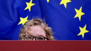 Участница манифестации в Брюсселе с плакатом «Скучно» перед экстренным саммитом ЕС по Брекзиту 10 апреля 2019