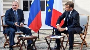 Nguyên thủ Pháp, Emmanuel Macron và đồng nhiệm Nga, Vladimir Putin tại buổi họp báo ở Brégançon, ngày 19/08/2019.