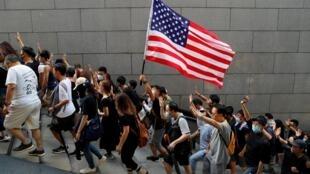 Người biểu tình Hồng Kông tập hợp về tòa lãnh sự Mỹ. Ảnh ngày 08/09/2019.