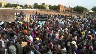 People attend a protest urging Mali and France to retake the Kidal region of far northern Mali, in Gao, 30 May 2013