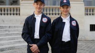 Deux volontaires du service national.