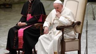 Le préfet de la Maison pontificale, Mgr Georg Gansweïn, aux côtés du pape François en novembre 2019.