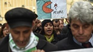 Des manifestants algériens défilent dans la ville de Bejaïa contre le système politique, en mars 2019.