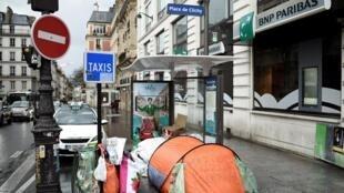 Париж. Площадь Клиши. Такие палатки можно увидеть во многих районах города. Впрочем, очень часто бездомные спят прямо на земле