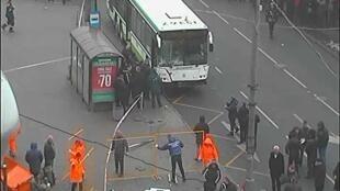 Пострадавший в ДТП автобус на камере видеонаблюдения. Фото с акаунта Мосгортранспорта.