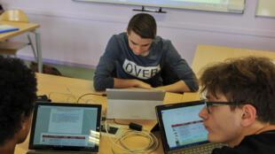 Giờ học trên máy tính của trường trung học Cormontaigne, Metz, Pháp, ngày 22/04/2016