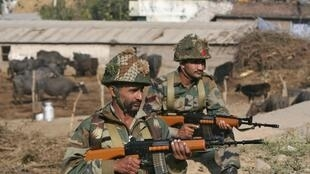 元月三日,在遇袭的印度空军机场周围警戒的士兵。