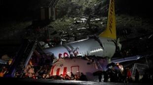 В Турции при посадке самолет развалился на части.