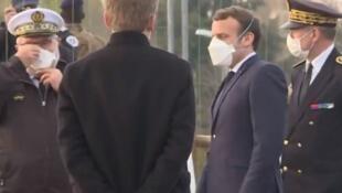 法国总统马克龙戴口罩视察一个军方野战医院