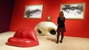Visitante admira a sala Mae West, obra de Salvador Dalí, no Centro Georges Pompidou, em Paris.